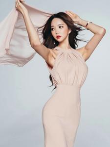 高挑美模粉色裙秀完美曲線舉著紗巾飄飄起舞