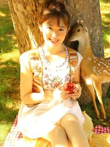 可爱娃娃脸少女纯真野餐愉悦时光