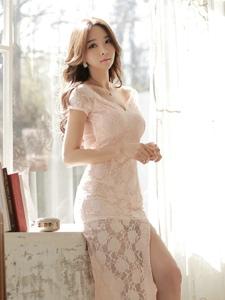夢幻私房內窗臺上的露背裸肩蕾絲裙模特魅惑