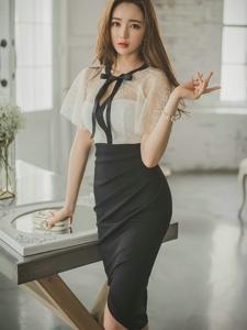 客厅内的经典黑白蕾丝裙美模柔美迷人