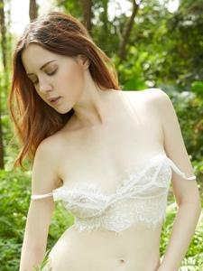 树林内性感女神蕾丝内衣丰乳肥臀无限诱惑