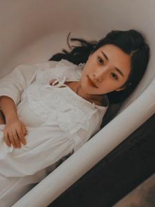 浴缸内的睡衣美女幽静空房孤独写真