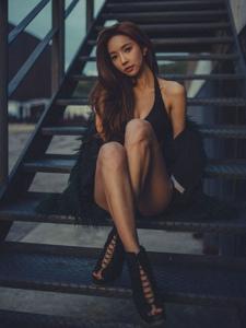 天台上夜色下坐在台阶上的高跟美模挤胸诱惑