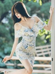晴天阳光下的侧颜美模吊带碎花裙清秀养眼