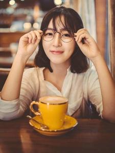 有点婴儿肥的眼镜美女咖啡馆甜美文静魅力写真