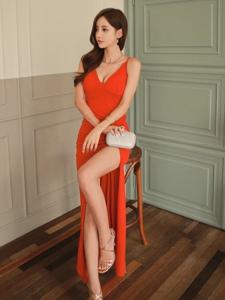 空房内的鲜艳红裙美模大秀白皙光滑长腿