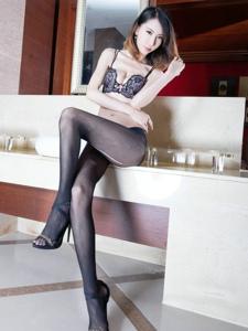 妖娆腿模Yoyo亵服破洞黑丝美腿翘臀魅惑写真