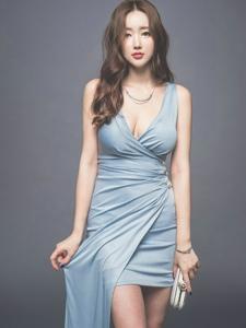 卷发美模蓝裙秀完美曲线胸前春光无限