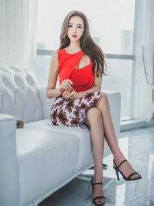 沙发上端坐美模靓丽碎花裙姿态优雅
