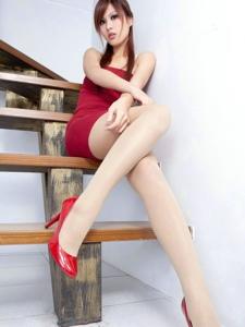 紅艷美人性感肉色絲襪修長美腿盡顯無遺