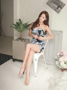 朦胧私房内的抹胸碎花裙模特翘腿在椅子上闭眼
