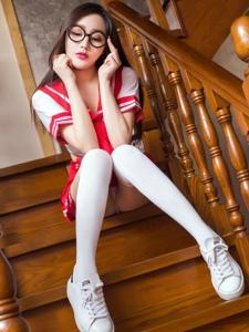学生制服美女麦苹果傲人上围过膝袜美腿魅惑