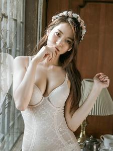 古典私房内的花朵发箍美模连体内衣傲人美胸