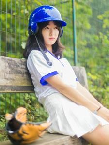 阳光靓丽棒球头盔少女可爱灿烂笑容