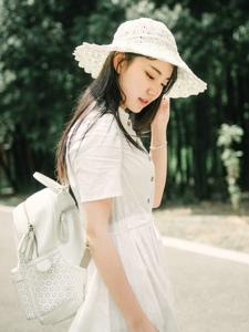 森林公園內的白裙草帽背包少女清爽怡人