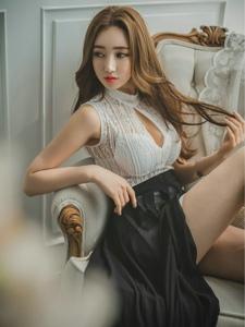 朦胧私房内的开胸黑纱裙美模翘着腿坐在沙发上