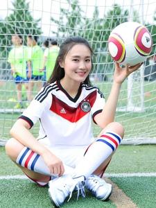 体育场上的美女足球宝贝盘腿而坐最爱德国队