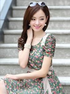 甜美短裙美女气质焕发的春天气息