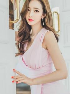 大年夜眼美模粉嫩裙装阳光动人写真