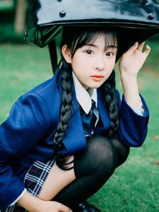 草坪上的日系學院風麻花辮妹子純真可愛