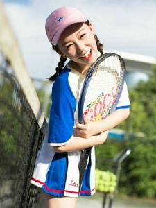 阳光下的网球少女俏皮灿烂笑容