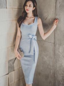 破旧房屋内靠墙美模蝴蝶蓝裙清秀怡人