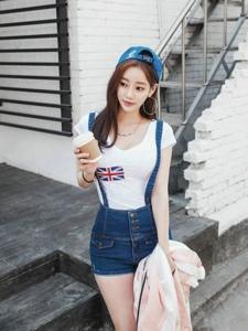 街头靓丽美女背带裤装头戴运动帽手拿咖啡悠闲闲逛