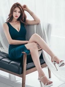 白皙美模坐在沙发上翘腿美胸魅惑写真