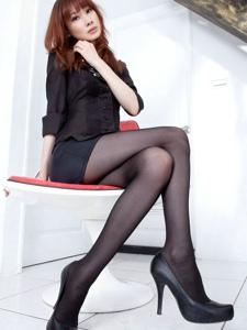 成熟女人味Kate黑絲卷發高跟美腿魅力十足