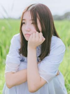 清新戶外草地上的嬌嫩素顏妹子青春無敵
