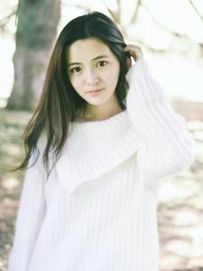 郊外白色毛衣素颜妹子清爽养眼写真