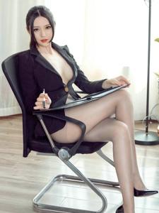 办公室女秘书丰满美乳丝袜翘臀大胆福利写真