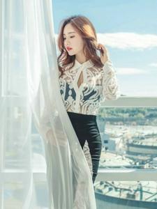 窗簾美模蕾絲透視包臀裙小嘴微張勾人魂魄