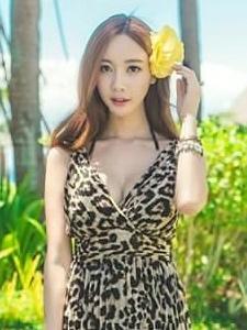 豹纹长裙美女秀丽气质写真充满女神范