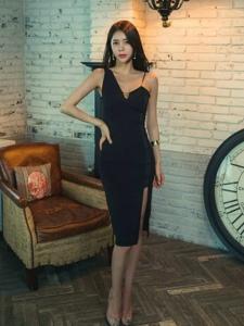 復古私房內的吊帶黑裙模特露胸脯誘人