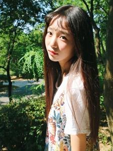阳光下的齐刘海软萌妹子清爽写真