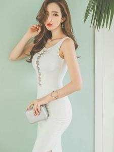 撩发美模白色高叉裙肌肤柔嫩气质成熟有魅力