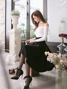 裸肩百褶裙模特坐在凳子上低头沉思