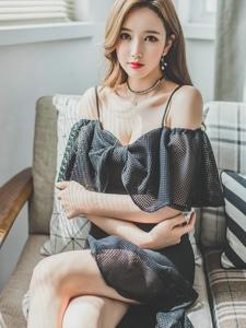 光影美模吊带蕾丝镂空裙养眼迷人美胸吸晴