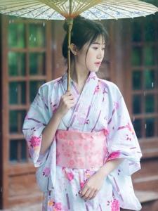 雨天茅草房下的和服靓丽姑娘