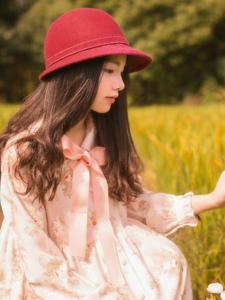 田野中的碎花裙復古美女淡雅文靜