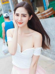 低胸短裙美女露香肩秀白皙性感的乳沟
