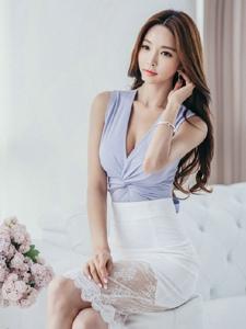 美腿模特紫罗兰裙躺在沙发上美乳抢眼
