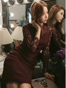 梳妝臺前的蕾絲裙模特撫摸秀發散發迷人氣息