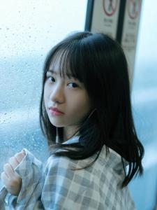 雨天地铁站呢的格子衣安静妹子眼神迷人