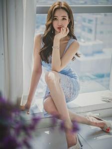 窗台上的咬手美模蓝色蕾丝裙捧花闻芳喷鼻