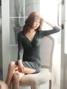 朦朧私房內的低胸裙美模美乳誘惑嫵媚動人