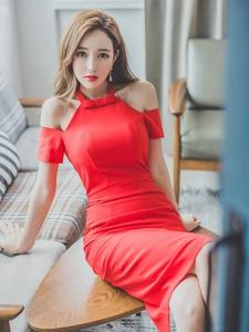 红艳露肩红裙美模躺在桌上翘腿白净滑腻肌肤