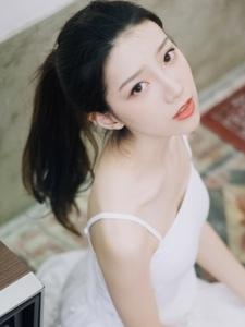 兔牙女孩白色吊带裙私房温馨写真