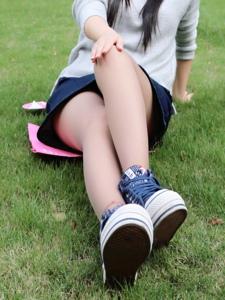 小图妹肉丝布鞋草地美腿外拍写真